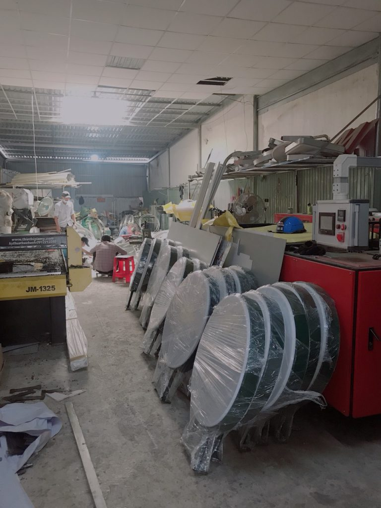 sản xuất hộp đèn hút nổi tại xưởng Huỳnh Gia Phát